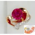 Золотое кольцо с искусственным рубином и фианитами