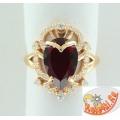 Серебряное кольцо с синтетическим гранатом и фианитами